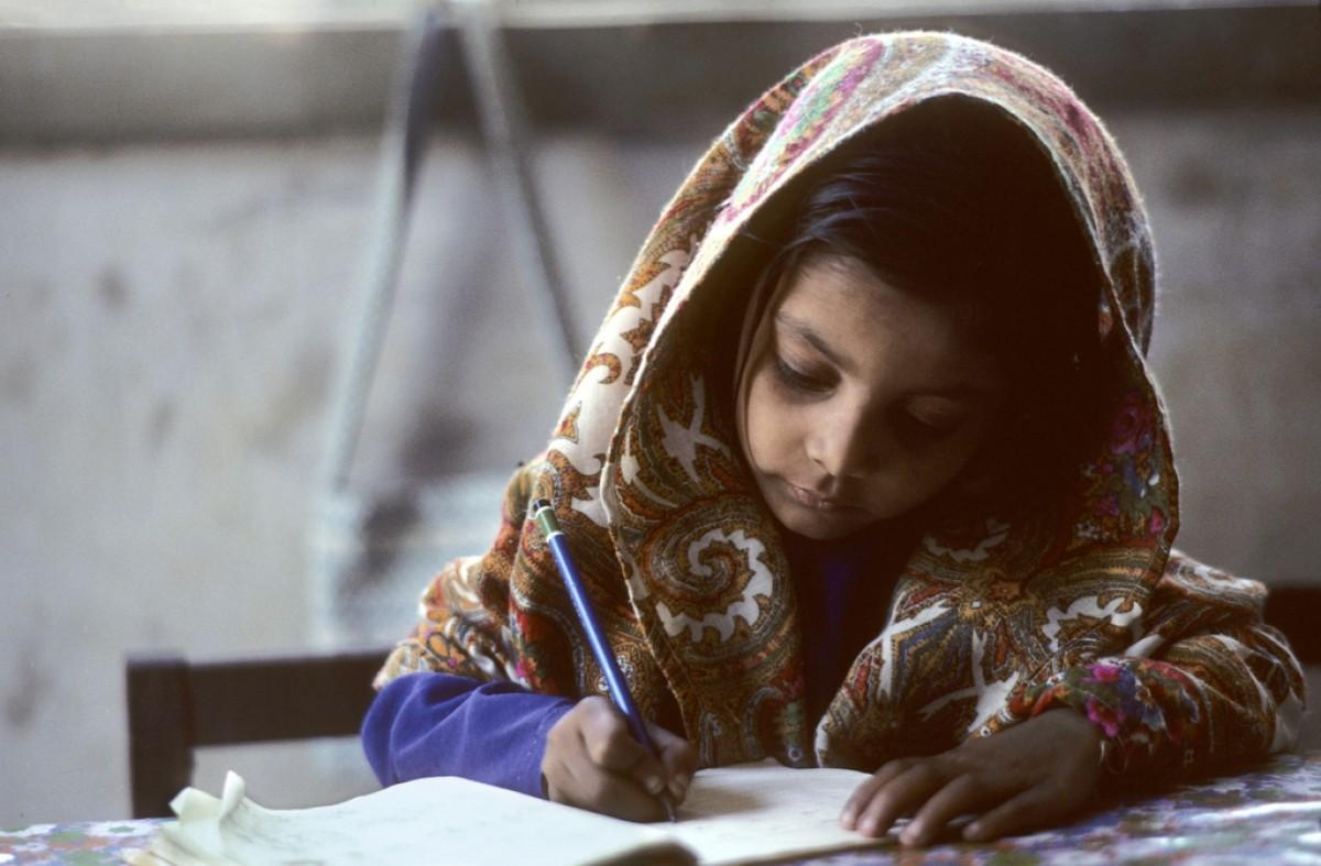 A young girl does her school work in Karachi, Pakistan. Credits: UN Photo/John Isaac.